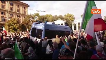 2 - No green pass, protesta a Piazza del Popolo a Roma. Le immagini