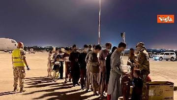 6 - Afghanistan, atterrato all'aeroporto di Fiumicino volo con 211 persone evacuate da Kabul