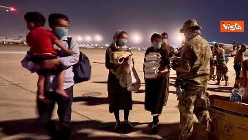 8 - Afghanistan, atterrato all'aeroporto di Fiumicino volo con 211 persone evacuate da Kabul