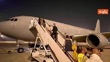 5 - Afghanistan, atterrato all'aeroporto di Fiumicino volo con 211 persone evacuate da Kabul
