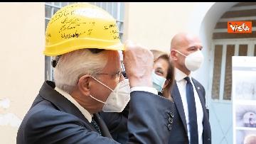 3 - Mattarella firma un casco da lavoro per i ragazzi del carcere minorile di Nisida