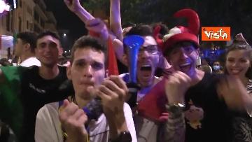 11 - Le strade di Roma si riempiono di tricolori e fumogeni dopo la vittoria dell'Europeo. Le foto