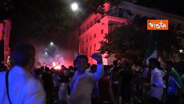 5 - Le strade di Roma si riempiono di tricolori e fumogeni dopo la vittoria dell'Europeo. Le foto