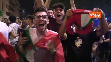 10 - Le strade di Roma si riempiono di tricolori e fumogeni dopo la vittoria dell'Europeo. Le foto