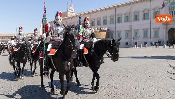 4 - Mattarella assiste al cambio della Guardia dei Corazzieri a cavallo. Le immagini