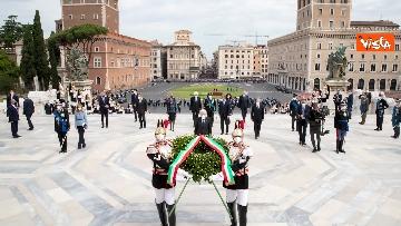 4 - 2 Giugno, Mattarella depone corona all'Altare della Patria. Le immagini