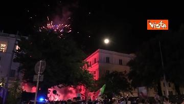 2 - Le strade di Roma si riempiono di tricolori e fumogeni dopo la vittoria dell'Europeo. Le foto