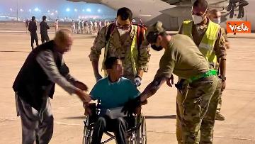 3 - Afghanistan, atterrato all'aeroporto di Fiumicino volo con 211 persone evacuate da Kabul
