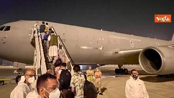 4 - Afghanistan, atterrato all'aeroporto di Fiumicino volo con 211 persone evacuate da Kabul