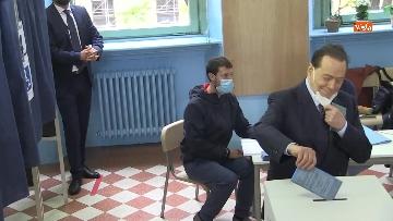 4 - Silvio Berlusconi a Milano per votare alle amministrative. Le foto