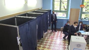 3 - Silvio Berlusconi a Milano per votare alle amministrative. Le foto