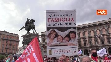 8 - Centinaia di persone davanti al Duomo di Milano per il presidio contro il Ddl Zan, presente anche Salvini