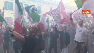 3 - Fumogeni e inno nazionale alla fine della manifestazione di CasaPound a Roma
