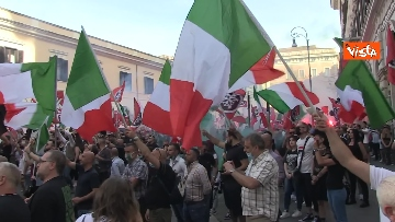 1 - Fumogeni e inno nazionale alla fine della manifestazione di CasaPound a Roma