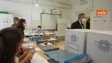 3 - Draghi al seggio elettorale del Liceo Mameli, ecco il momento del voto