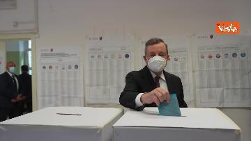 4 - Draghi al seggio elettorale del Liceo Mameli, ecco il momento del voto