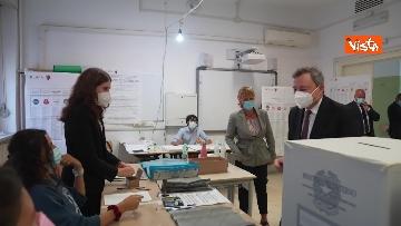 7 - Draghi al seggio elettorale del Liceo Mameli, ecco il momento del voto
