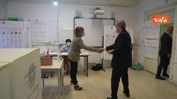 8 - Draghi al seggio elettorale del Liceo Mameli, ecco il momento del voto