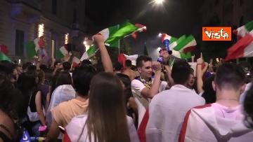 8 - Le strade di Roma si riempiono di tricolori e fumogeni dopo la vittoria dell'Europeo. Le foto