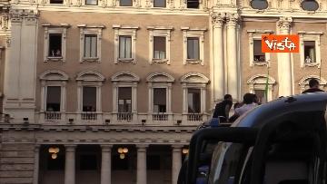 6 - La Nazionale azzurra lascia Palazzo Chigi e sale sul pullman scoperto per salutare i tifosi. Le foto
