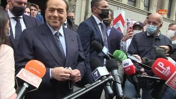 8 - Silvio Berlusconi a Milano per votare alle amministrative. Le foto