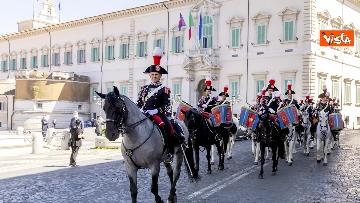 2 - Mattarella assiste al cambio della Guardia dei Corazzieri a cavallo. Le immagini