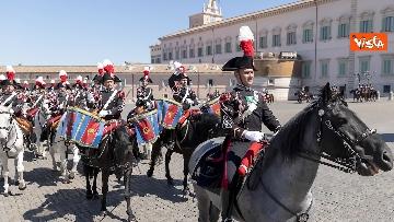 3 - Mattarella assiste al cambio della Guardia dei Corazzieri a cavallo. Le immagini