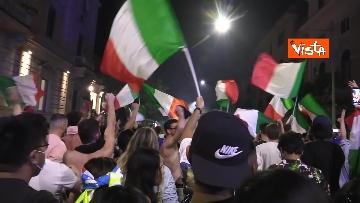 12 - Le strade di Roma si riempiono di tricolori e fumogeni dopo la vittoria dell'Europeo. Le foto