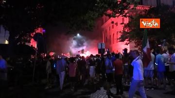 4 - Le strade di Roma si riempiono di tricolori e fumogeni dopo la vittoria dell'Europeo. Le foto
