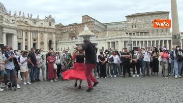 5 - La tradizione salentina a Piazza San Pietro, dopo l'Angelus si balla la pizzica