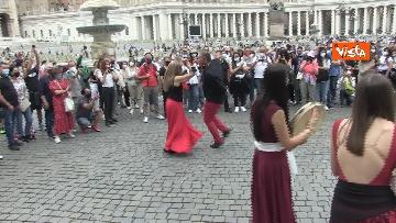 4 - La tradizione salentina a Piazza San Pietro, dopo l'Angelus si balla la pizzica