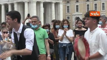 2 - La tradizione salentina a Piazza San Pietro, dopo l'Angelus si balla la pizzica