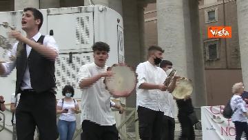 8 - La tradizione salentina a Piazza San Pietro, dopo l'Angelus si balla la pizzica
