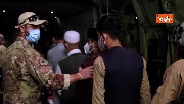 9 - Aquila Omnia, conclusa evacuazione profughi. Le immagini dell'ultimo volo da Kabul