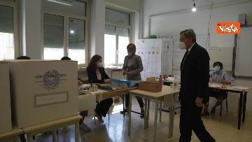 1 - Draghi al seggio elettorale del Liceo Mameli, ecco il momento del voto