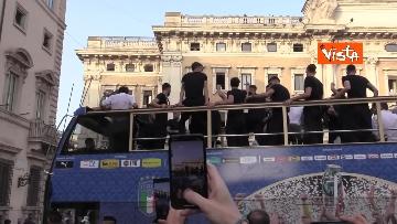 7 - La Nazionale azzurra lascia Palazzo Chigi e sale sul pullman scoperto per salutare i tifosi. Le foto
