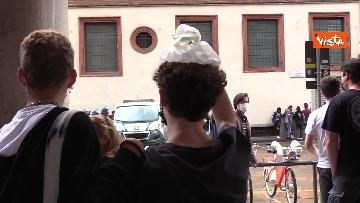 8 - Manifestanti pro-Ddl Zan cercano di disturbare presidio contro legge in piazza Duomo, tensione con la polizia