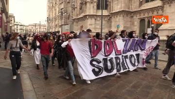 5 - Manifestanti pro-Ddl Zan cercano di disturbare presidio contro legge in piazza Duomo, tensione con la polizia