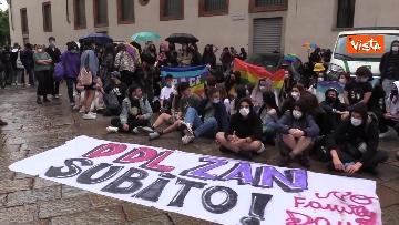 9 - Manifestanti pro-Ddl Zan cercano di disturbare presidio contro legge in piazza Duomo, tensione con la polizia