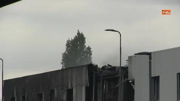 8 - Aereo si schianta contro un palazzo a Milano. Le foto delle ricerche dei soccorritori