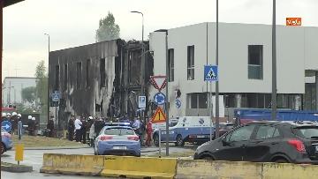 5 - Aereo si schianta contro un palazzo a Milano. Le foto delle ricerche dei soccorritori