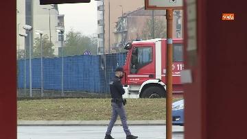 1 - Aereo si schianta contro un palazzo a Milano. Le foto delle ricerche dei soccorritori
