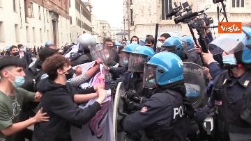 7 - Manifestanti pro-Ddl Zan cercano di disturbare presidio contro legge in piazza Duomo, tensione con la polizia