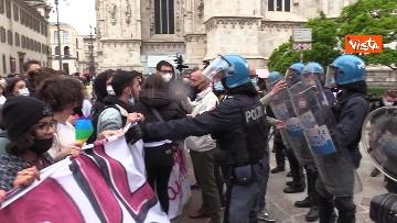 6 - Manifestanti pro-Ddl Zan cercano di disturbare presidio contro legge in piazza Duomo, tensione con la polizia