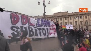 1 - Manifestanti pro-Ddl Zan cercano di disturbare presidio contro legge in piazza Duomo, tensione con la polizia