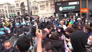 4 - Manifestanti pro-Ddl Zan cercano di disturbare presidio contro legge in piazza Duomo, tensione con la polizia