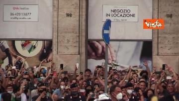 5 - La Nazionale azzurra lascia Palazzo Chigi e sale sul pullman scoperto per salutare i tifosi. Le foto